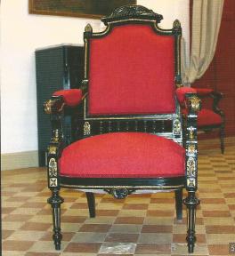Procés de restauració de dues cadires alfonsines