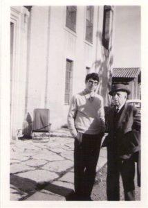 Foto Oriol amb AdC davant la Masia en Cabanyes 1967