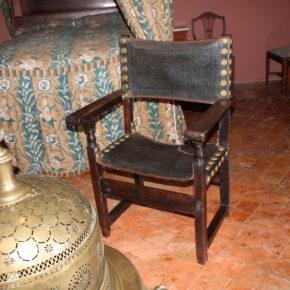 Es restauren les cadires de frare de la Masia d'en Cabanyes